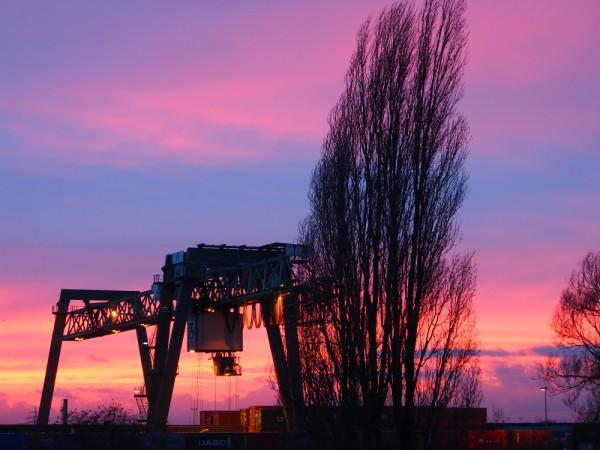 Sonnenuntergang hinterm Containerkran im Dortmunder Hafen