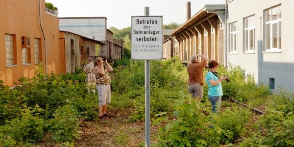 Teilnehmer auf einem alten Bahngleis