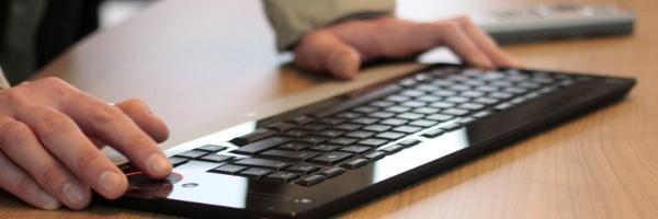 Auf diesem Bild: Tastatur, Tippende Hände, Datensicherung für Fotografen