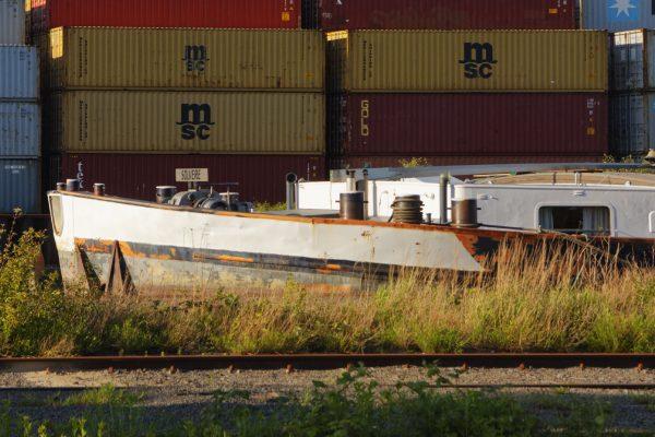 Das Frachtschiff Solvere vor Containerkulisse