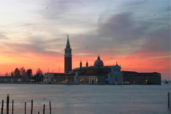 Ein Bild vom Kloster Santa Giorgio Maggiore im frühen Morgenlicht. Das Bild ist voller Sensorflecken
