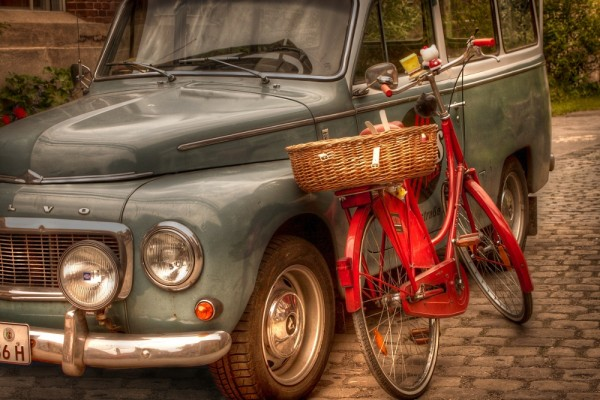 Historisches Stilleben aus Oldtimer-Auto und -Fahrrad