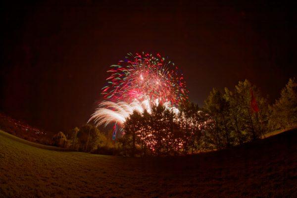 Weitwinkelaufnahme eines Feuerwerks mit viel Umgebung