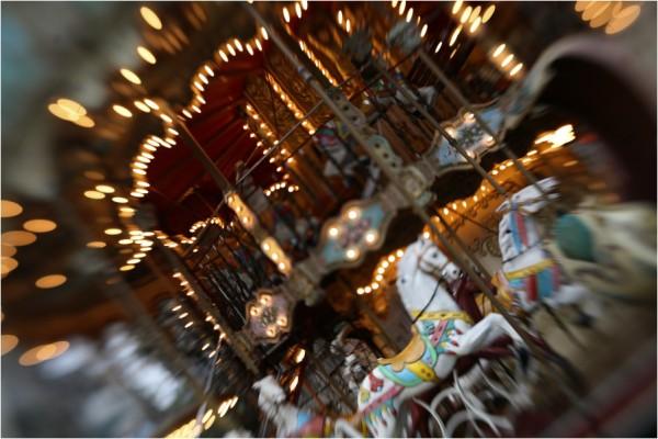 Ausschnitt vom klassischen Pferdekarussel in London, verzerrt durch geneigte Schärfeebene, fotografiert mit dem Lensbaby Muse 2.0