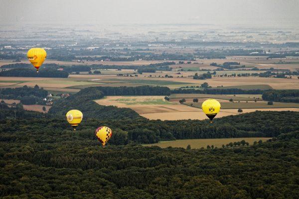 Gelbe Ballons überm Wald, auch ein BVB-Ballon ist dabei