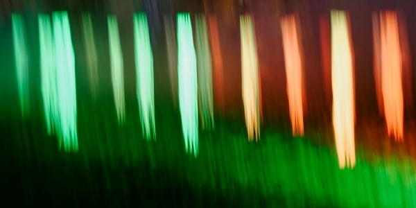 Die Fotoschule im Westfalenpark, senkrechter Zieher von Lichtern in grün und orange
