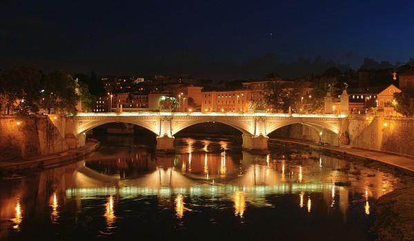 Brücke über den Tiber bei Nacht