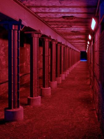 Rot beleuchteter Tunnel im Landschaftspark Duisburg Nord