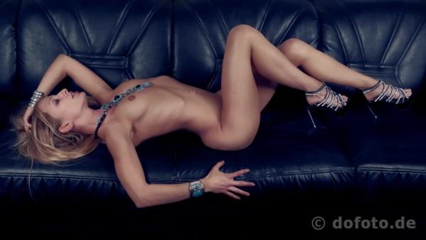 Die wunderschöne Dani auf dem Sofa