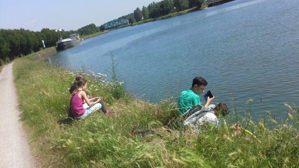 """Photowalk und Fotokurs """"Kleine Fotoschule"""", Kids am Kanal mit Schiff im Hintergrund"""