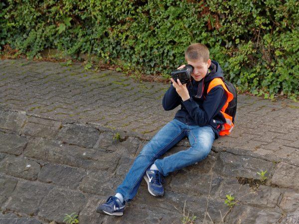 Ein Teilnehmer blickt von vorn ins Objektiv der Kamera