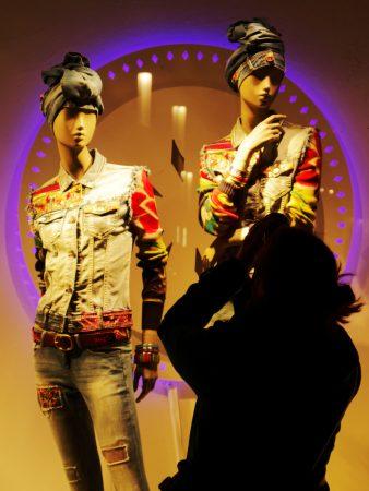 Schaufensterpuppen, davor Teilnehmerin als Silhouette