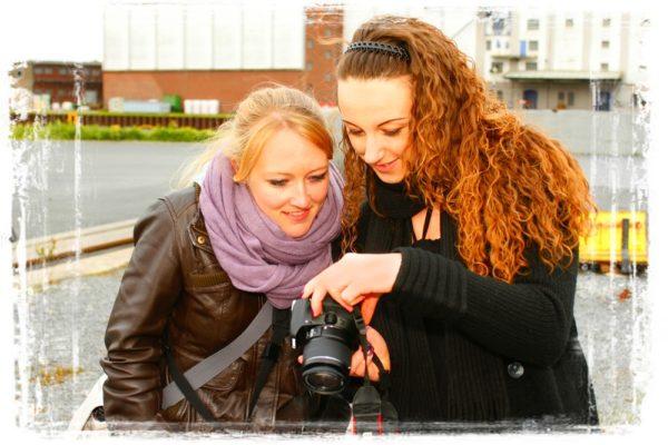 Zwei junge Frauen gebutachten Bilder auf dem Display der Kamera