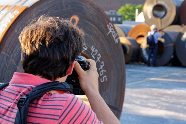 Frauen fotografieren zwischen Stahlcoils im Dortmunder Hafen