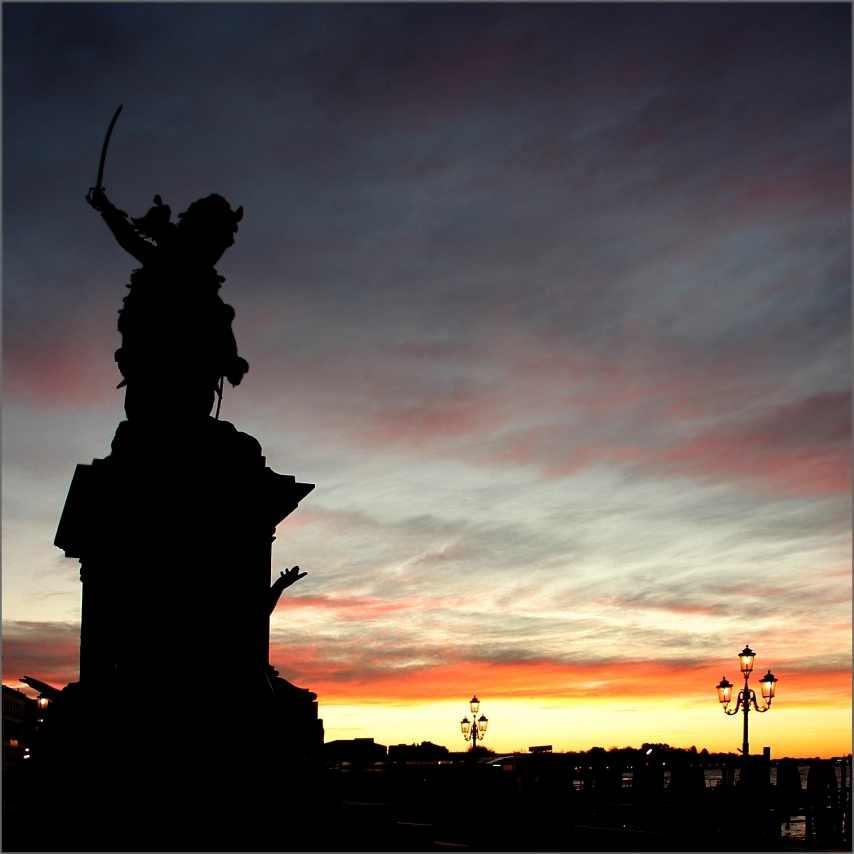Sonnenaufgang in Venedig. Die Farben am Himmel sind pastellig bis kräftig. Von Gelb bis lila ist alles dabei.