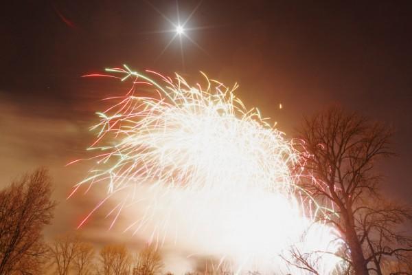 Ein überstrahltes Feuerwerksbild mit viel Rauch