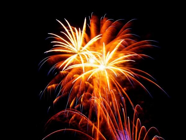 Feuerwerk in Warstein zur Montgolfiade. Doppelblüte mit Basis vom Bodenfeuerwerk