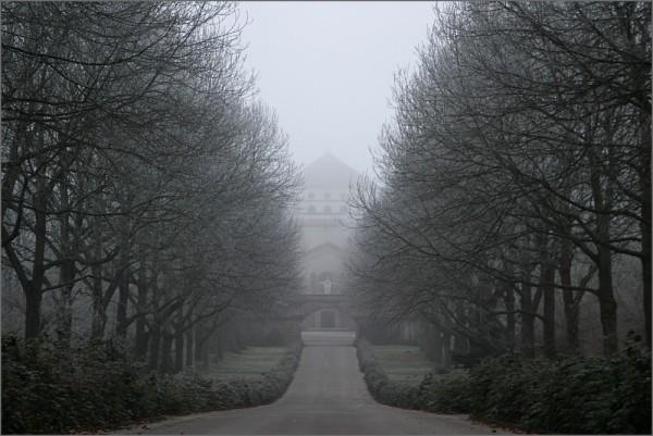 Blick entlang der winterlichen Allee auf dem Hauptfriedhof von der B1 aus zur Trauerhalle