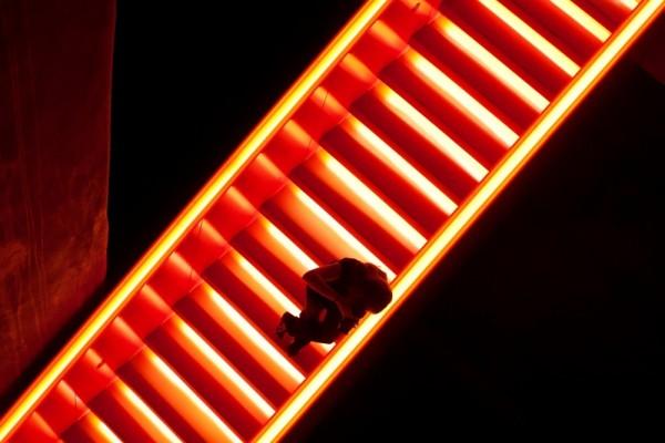 Fotografin auf der glühenden Treppe im Kohlenbunker der Zeche Zollern